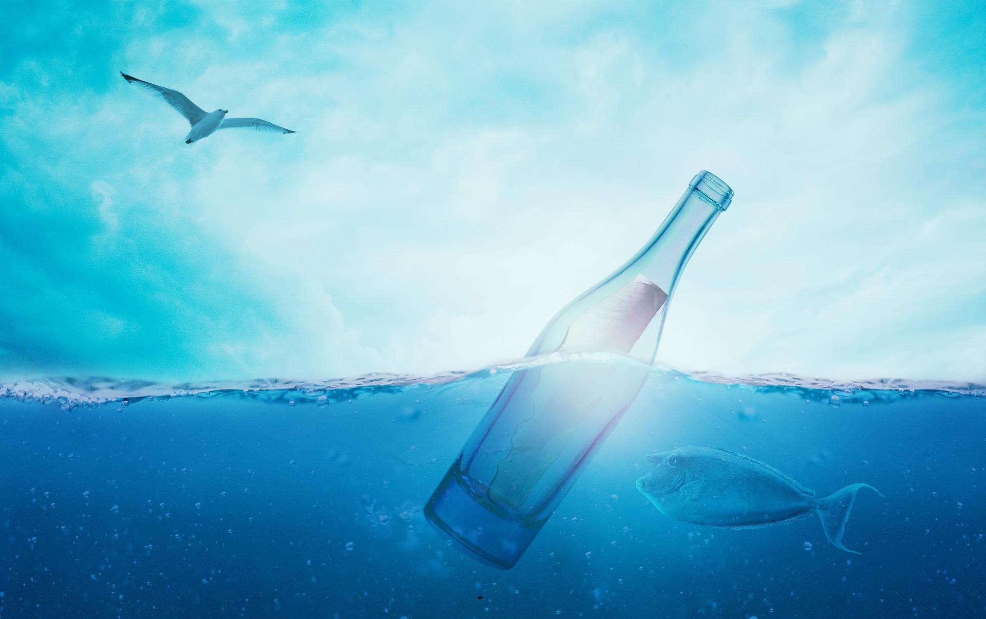 image bouteille dans la mer
